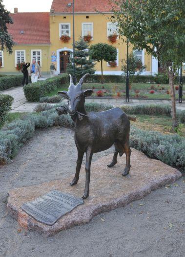 Auf dem Markt steht das Denkmal einer Ziege