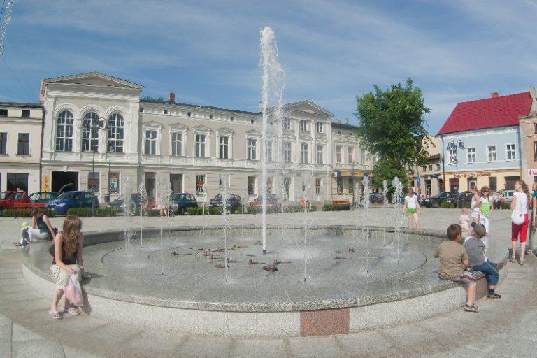 Der tanzende Springbrunnen auf dem Markt in Wągrowiec
