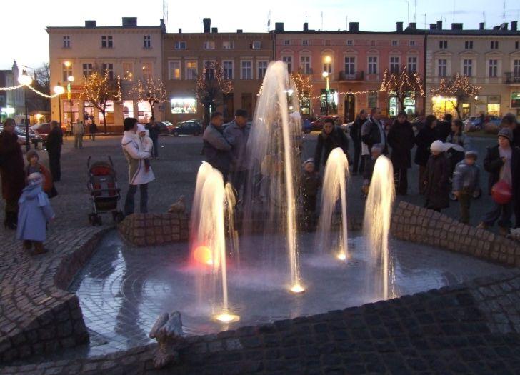 Erleuchteter Springbrunnen in Oborniki