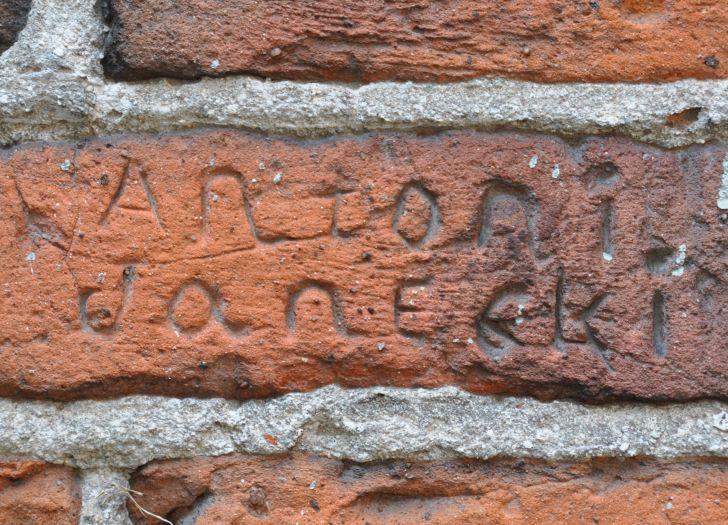 Mehrere Jahrhunderte alte, eigentümliche Inschriften an der Kirchenmauer