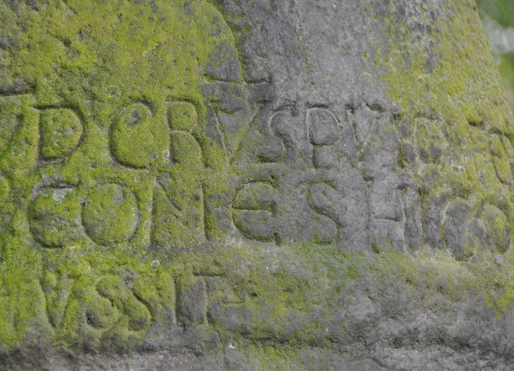 Lateinische Inschrift auf dem romanischen Wegweiser in Konin