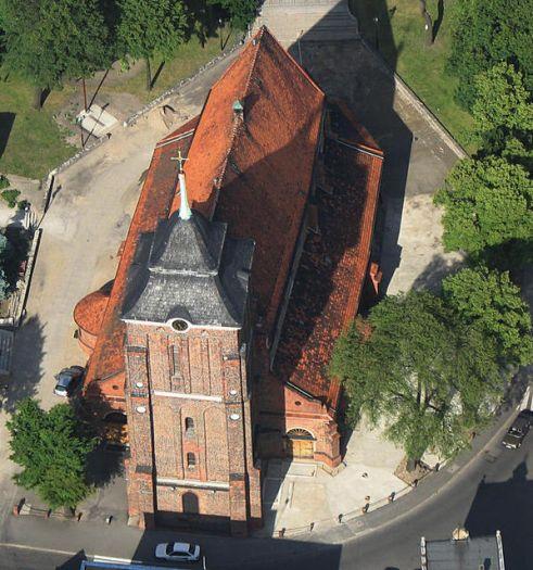 Die Pfarrkirche in Września aus der Vogelperspektive