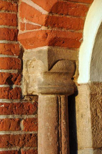 Umgekehrte Säule im romanischen Portal in der Kirche des hl. Johannes von Jerusalem in Poznań