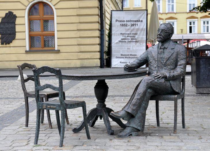 Ławeczka - pomnik Stefana Rowińskiego w Ostrowie Wielkopolskim