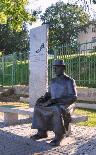 Ławeczka ks. P. Wawrzyniaka w Śremie