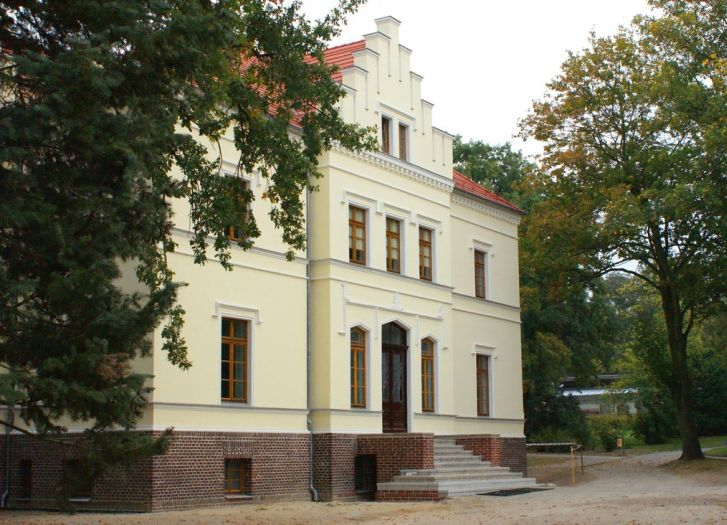 Auf dem Gelände des Museums befindet sich ein historisches Gutshaus.