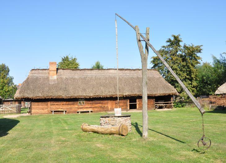 Bauerngehöft mit einem Ziehbrunnen. Freilichtmuseum Großpolnischer Ethnographischer Park Dziekanowice