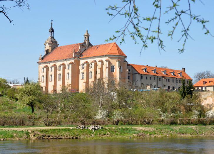 Widok na zabudowania poklasztorne w Pyzdrach od strony Warty
