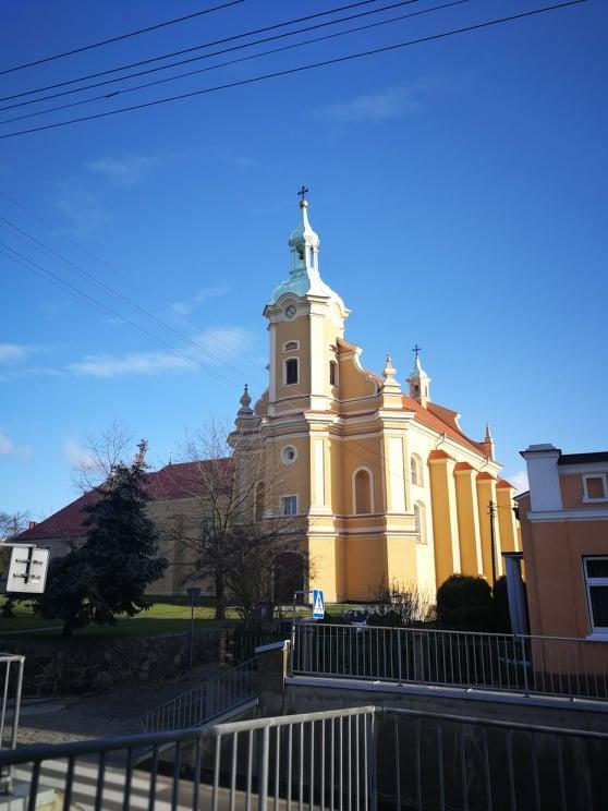 Barokowy kościół z wieżą w fasadzie
