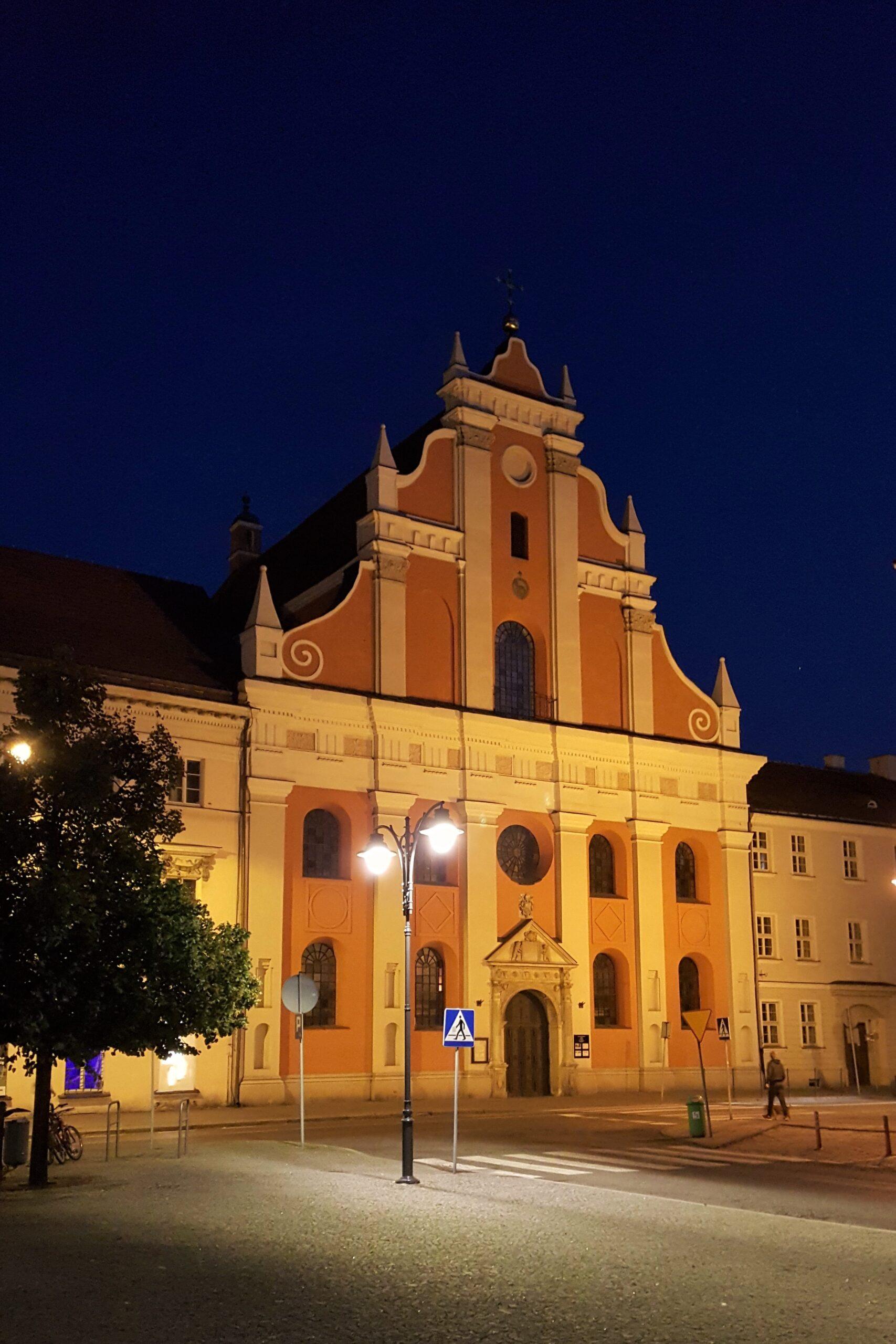 barokowa fasada kościoła nocą