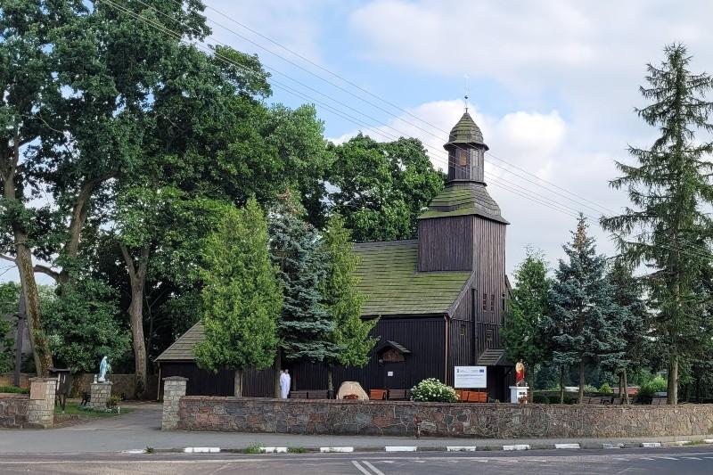 drewniany kościół z wieżą, kryty spadzistym dachem