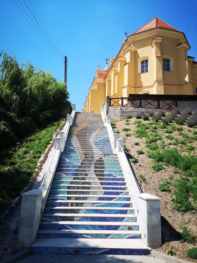 Mozaikowe schody w Pyzdrach prowadzące z promenady do  Muzeum i kościoła pofranciszkańskiego