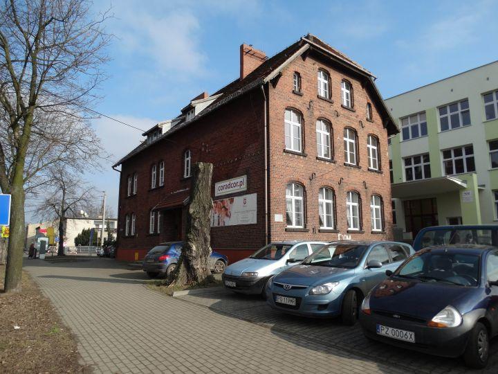 Herb Budynek dawnej szkoły elementarnej w Luboniu