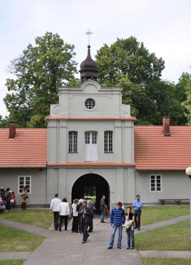 Brama wiodąca na teren klasztoru w Bieniszewie