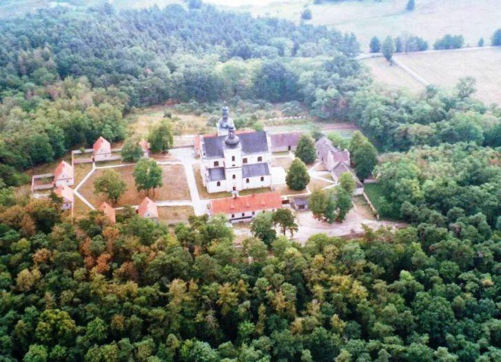 Kościół klasztorny kamedułów pw. Narodzenie NMP w Bieniszewie
