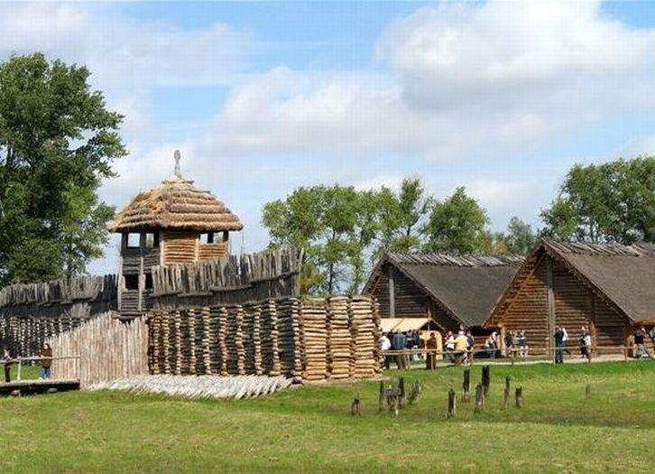 Fragment rekonstrukcji osady w Biskupinie