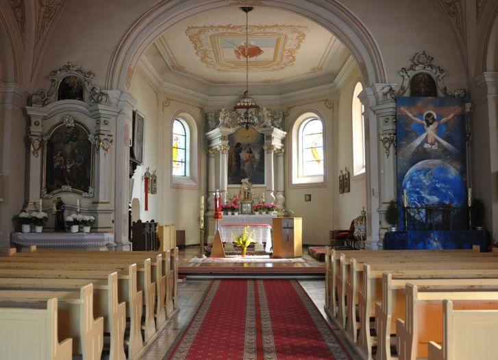 Nawa główna w kościele w Ciążeniu