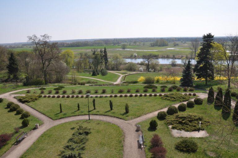 Widok z pałacu w Ciążeniuna nadwarciańskie łąki
