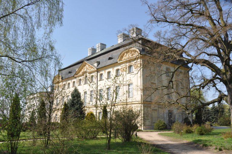 Pałac biskupów poznańskich w Ciążeniu wczesną wiosną