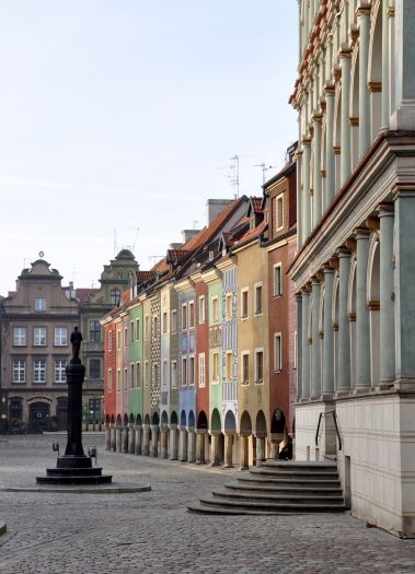 Pręgierz na tle domków budniczych na Starym Rynku w Poznaniu