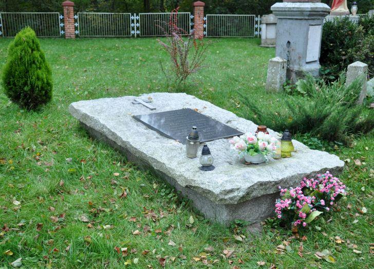 Mogiła dzieci, które utopiły się w czasie przeprawy przez Wartę w 1903 r. na cmentarzu w Dębnie