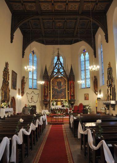 Widok na ołtarz główny w kościele w Dębnie nad Wartą