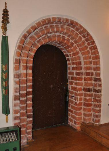 Gotycki portal w kościele w Dębnie