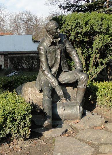 Pomnik K. Marcinkowskiego przed LO 1 w Poznaniu