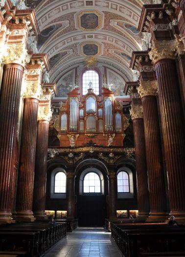 Nawa główna widok na organy w kościele farnym w Poznaniu