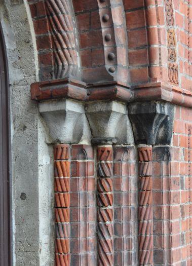 Fragment gotyckiego portalu w kościele jezuitów w Poznaniu