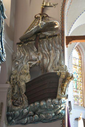 Ambona w kształcie łodzi w kościele farnym w Gnieźnie