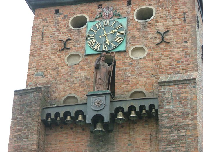 Figura św. Wojciecha na kościele farnym w Gnieźnie