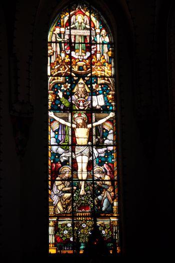Witraż w gnieźnieńskiej farze przedstawiający wizję Świętej Trójcy