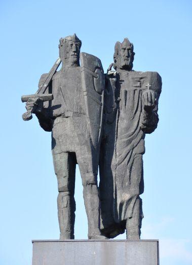 Pomnik pierwszych Piastów przed Muzeum w Gnieźnie