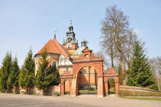 Herb Kościół pw. św. Katarzyny i bł. Marii Karłowskiej w Smogulcu
