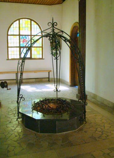 Studzienka w kapliczce w Górce Klasztornej