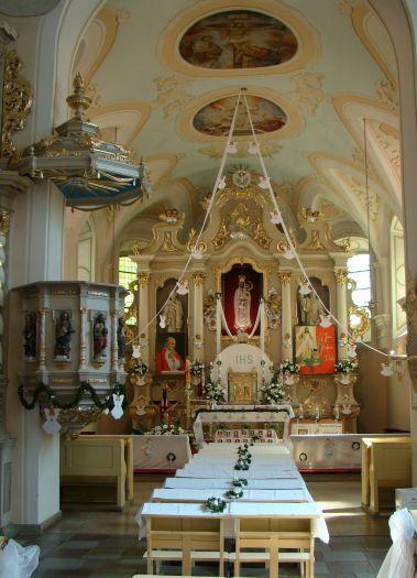 Ołtarz główny w sanktuarium w Górce Klasztornej