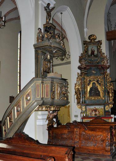 Ołtarz boczny i ambona w gostyńskiej farze
