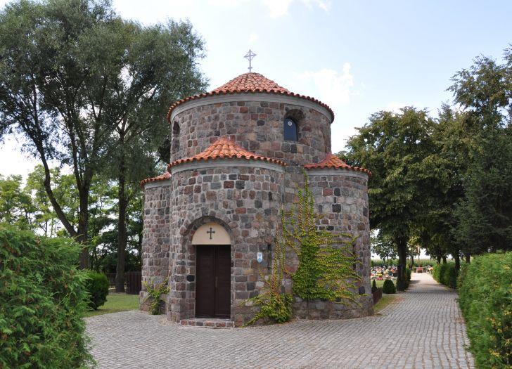 Grobowiec w kształcie romańskiej rotundy na cmentarzu w Grzybowie