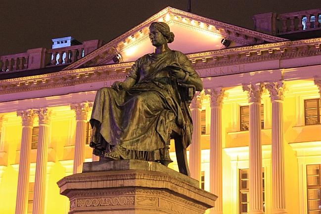 Pomnik Higiei przed Biblioteką Raczyńskich