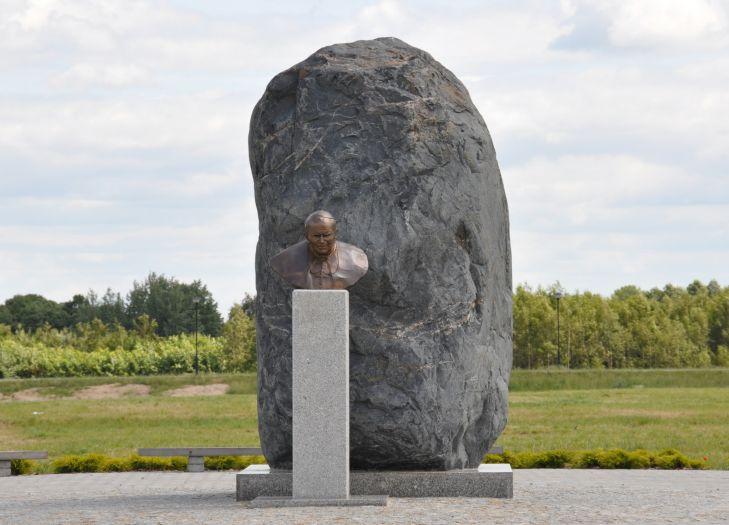 Głaz - pomnik Jana Pawła II na Lednicy