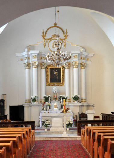 Ołtarz główny w kościele NMP Szkaplerznej w Iwnie