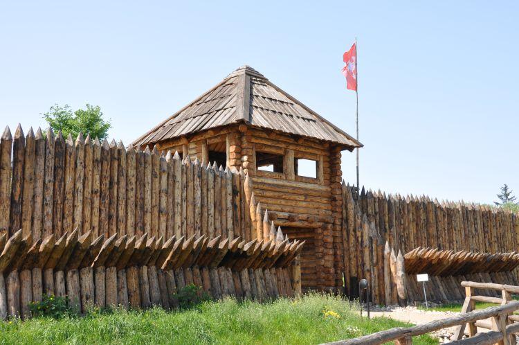 Skansen archeologiczny na Zawodziu brama wjazdowa
