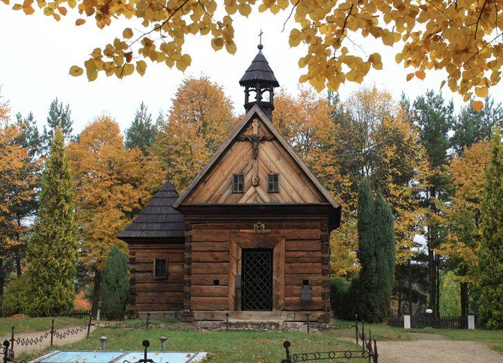 Kapliczka cmentarna w skansenie w Dziekanowicach