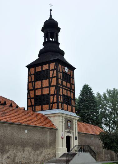 Brama z dzwonnicą kościoła Misjonarzy Świętej Rodziny w Kazimierzu Biskupim