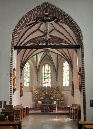 Prezbiterium kościoła Misjonarzy Świętej Rodziny w Kazimierzu Biskupim