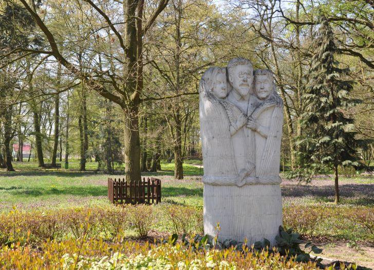 Pomnik Władysława Reymonta w parku w Kołaczkowie