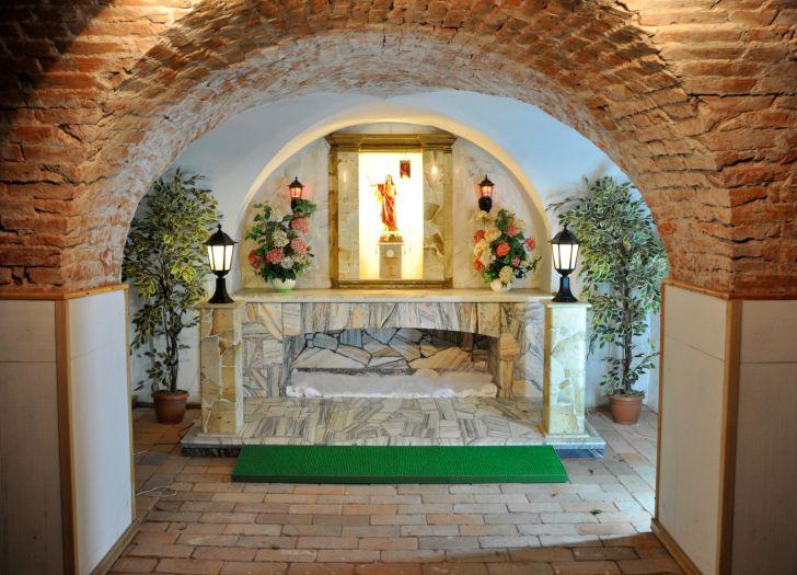 Ołtarz w klasztornych podziemiach kościoła Bernardynów w Kole
