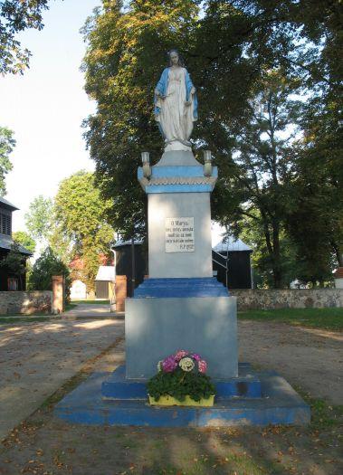 Figura Matki Boskiej przy kościele