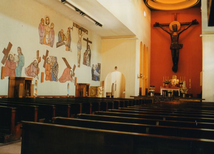 Wnętrze kościoła św. Antoniego w Pile z największym krucyfiksem w Europie